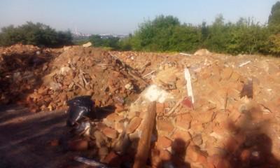 Skládka stavební suti  v ulici Na Chvalce