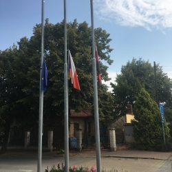 Vlajky na půl žerdi za padlé české vojáky