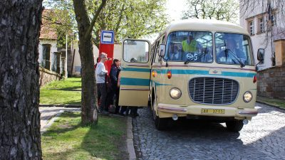 Autobusový den aneb historickým autobusem až na Chvalský zámek